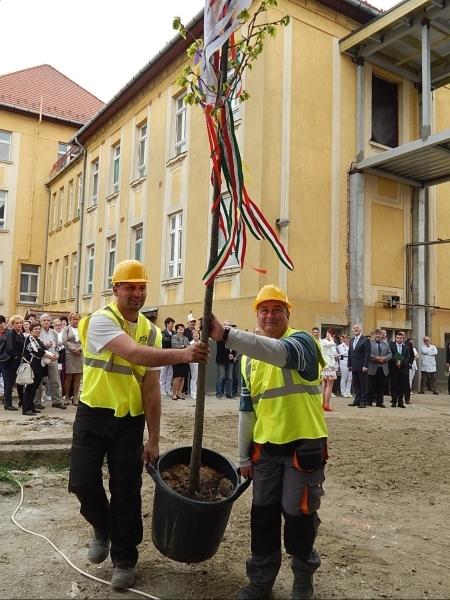 Bokréta az új kórházi szárnyon Csornán