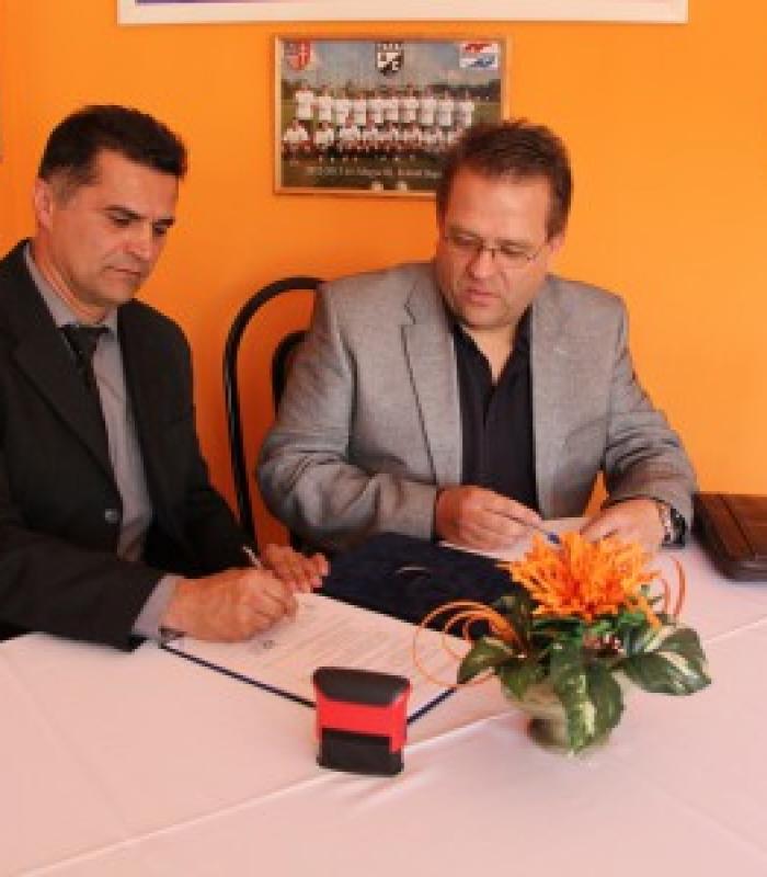 Aláírásra került a Tata, Kőkút köz 2. szám alatti új rendezvénycsarnok kivitelezési szerződése