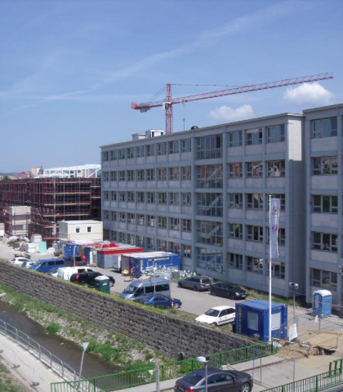 Folyamatos üzemeltetés mellett épül és szépül az egri Markhot Kórház