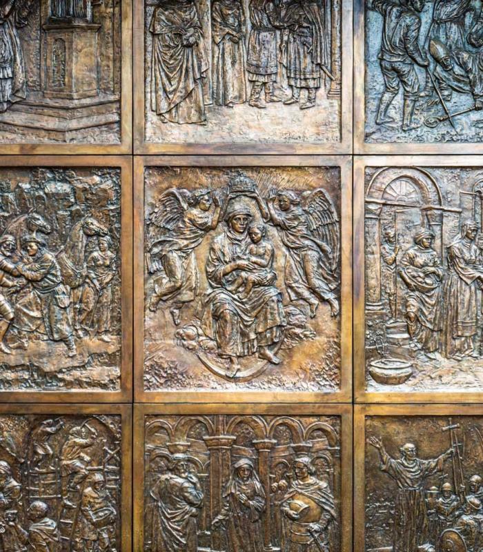 Történelmi motívumokkal díszített bronzkapu a Vár új ékessége
